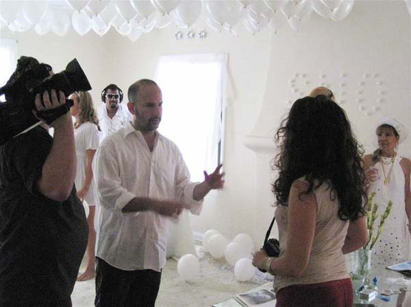 Anthony Rivero Stabley directs an actress in Electronica 2
